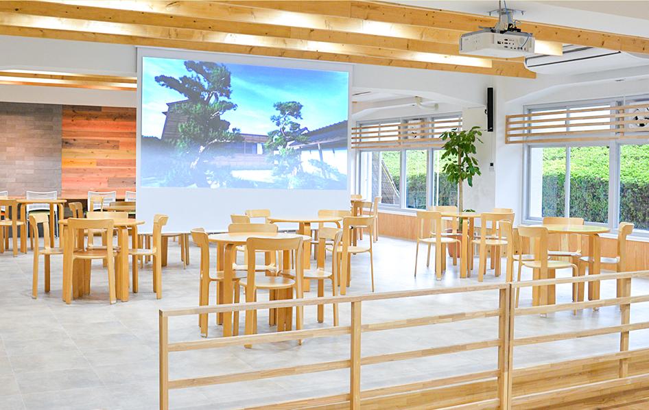 食堂、大型スクリーン写真
